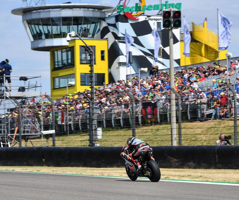 Moto2 Motorrad auf der Zielgerade