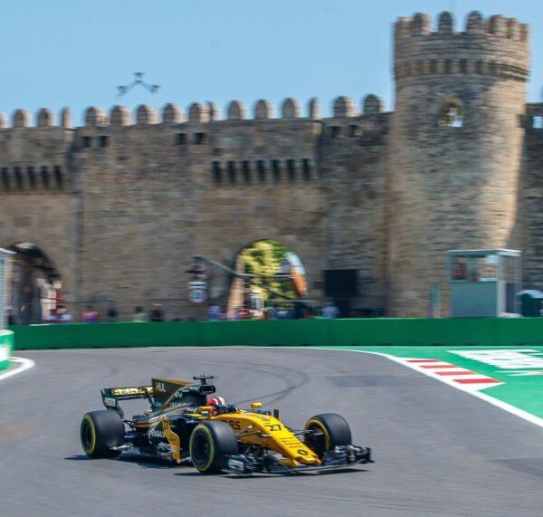 Formel 1 Auto in Baku mit Burg im Hintergrund