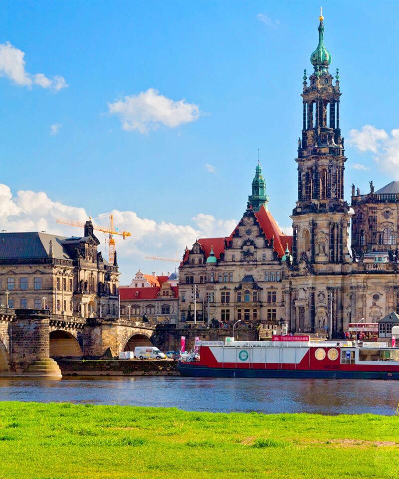 Historische Brücke mit Dom im Hintergrund