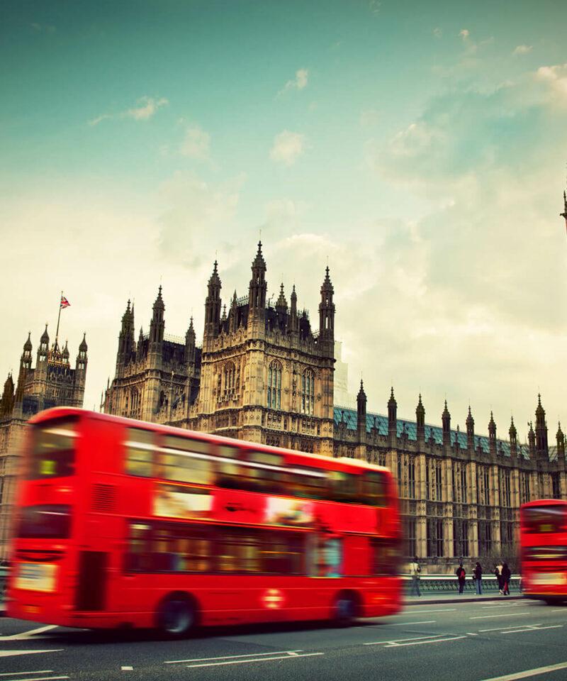 Stadt London mit rotem Bus im Vordergrund.