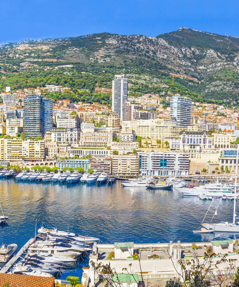 Das Fürstentum Monaco mit dem Hafen im Vordergrund
