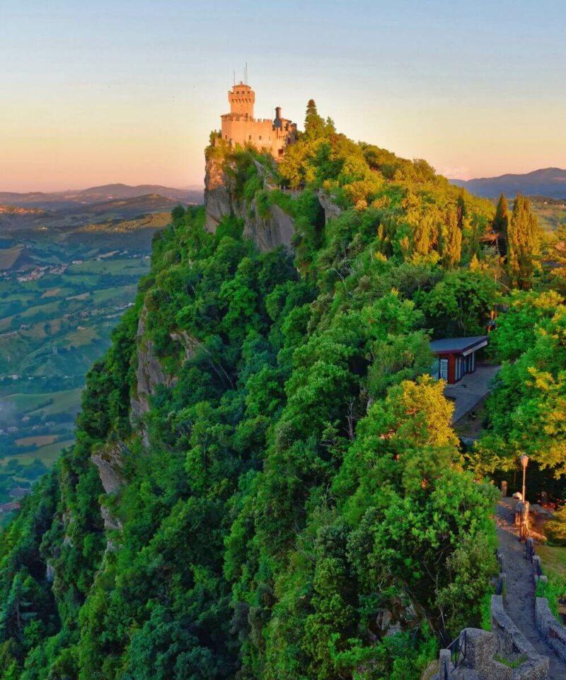 Festung La Guaita auf einem Hügel.