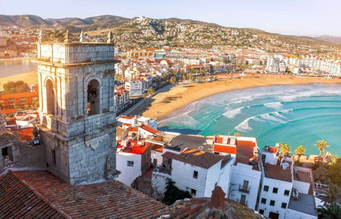 Blick zum Meer von der Höhe aus der Burg von Papst Luna.