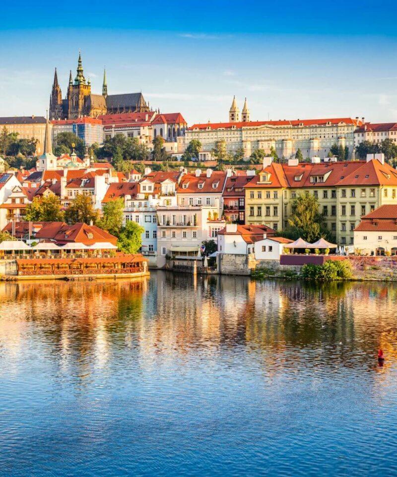Stadt Prag mit dem Fluss Moldau im Vordergrund