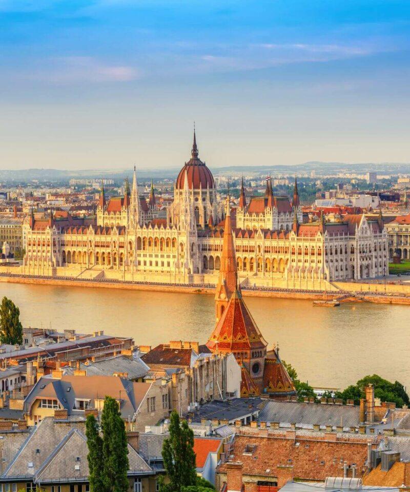 Stadt Budapest mit Fluss Donau im Vordergrund
