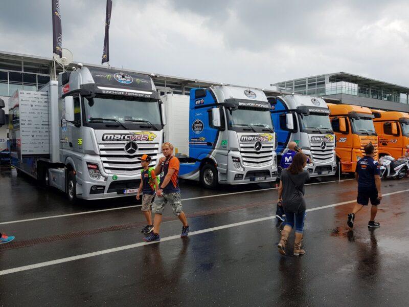 Lastwagen mit Personen im Vordergrund