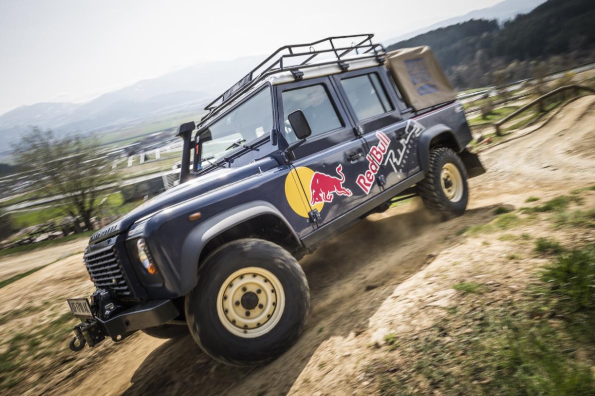 Land-Rover auf einer Offroad Strecke